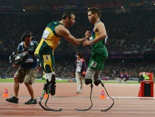 Oscar Pistorius congratulates Alan Oliveira.
