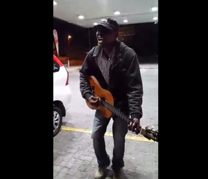 Muso sings for paramedics, Cape Town