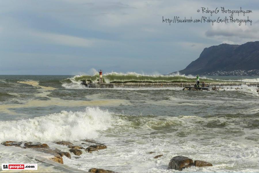 kalk-bay-high-tide-lighthouse
