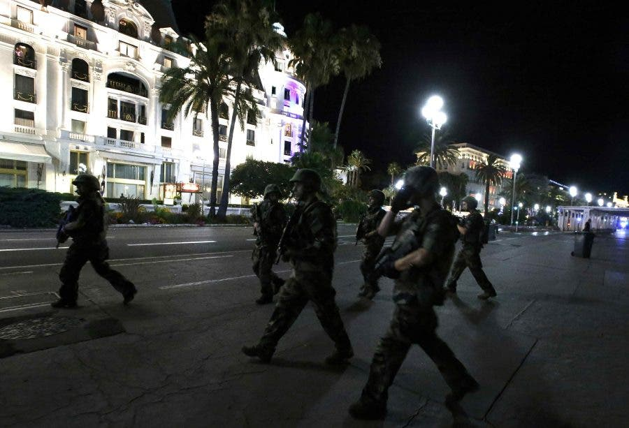 French soldiers advance on the street after at least 30 people were killed in Nice, France, when a truck ran into a crowd celebrating the Bastille Day national holiday July 14, 2016.  REUTERS/Eric Gaillard