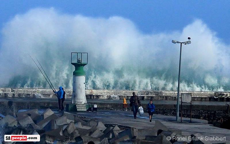 kalk-bay-harbour-lighthouse-waves-7