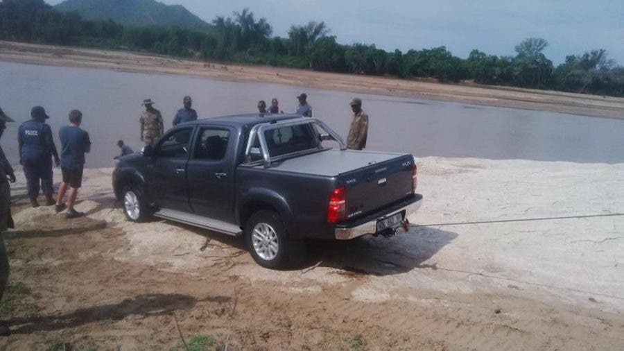 Thieves try to smuggle bakkie across limpopo river towed by donkeys