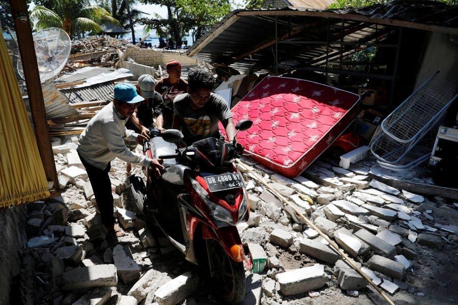 South African's PHOTOS as 1,000 Flee Indonesian Earthquake