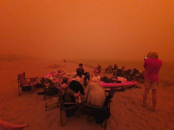 Katastrofalni požar u Australiji - Page 2 Beach-fighting-fires-696x523