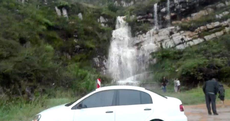 spectators-waterfall-robinsons-pass