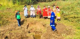 women-dig-spring-south-africa