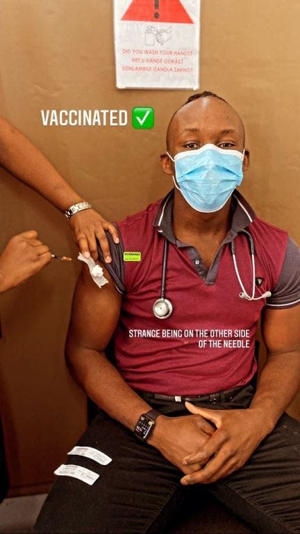 doctors being vaccinated